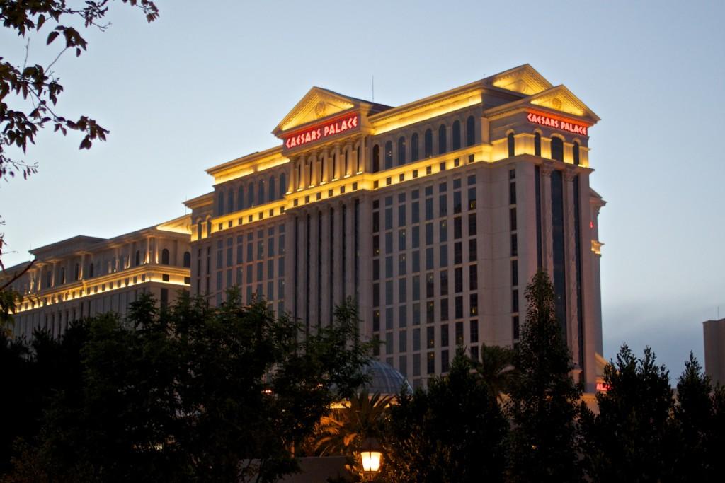 En liten del av hotellet, sett utifrån i skymningsljuset.